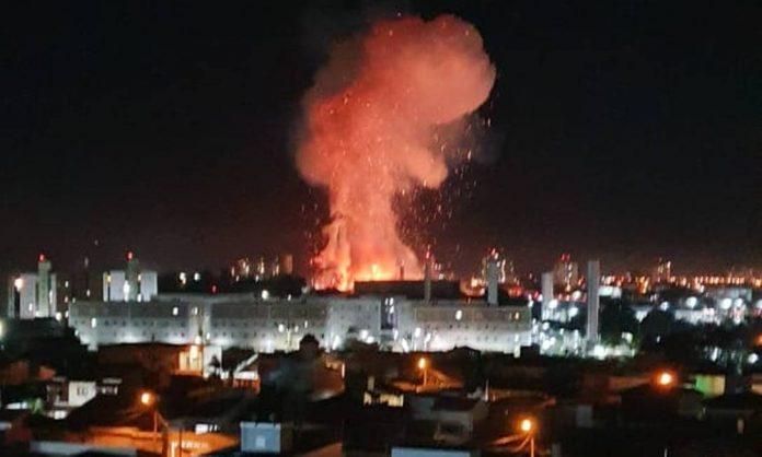 #Pracegover Na foto, fumaça causada pela explosão