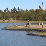 #Pracegover Na foto, lago, pequena ilha e árvores em volta
