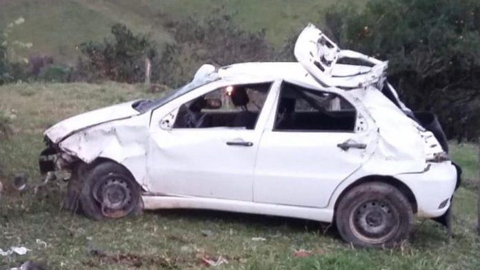 #Pracegover Na foto, carro destruído após capotamento