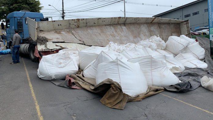 #Pracegover Foto: na imagem há uma carreta tombada e produtos não identificados