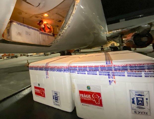 #Pracegover Foto: na imagem há uma aeronave e caixas
