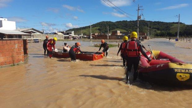 #Pracegover Foto: na imagem há pessoas, botes e água