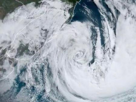 #Pracegover Na foto, imagem de satélite um ciclone entre o oceano e o continente