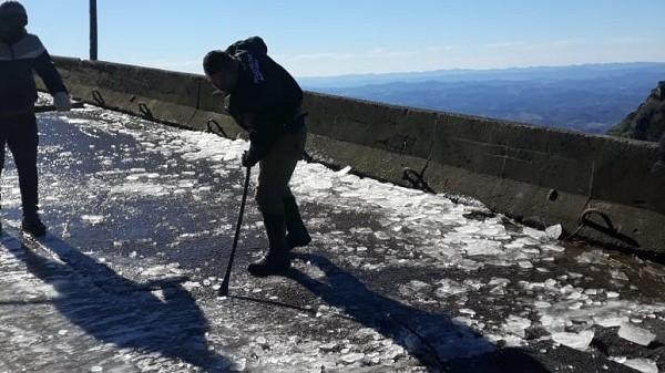 #Pracegover Na foto, homem tirando gelo da pista