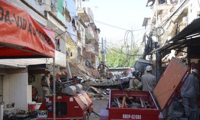 #Pracegover Foto: na imagem há fios e destruição de um prédio