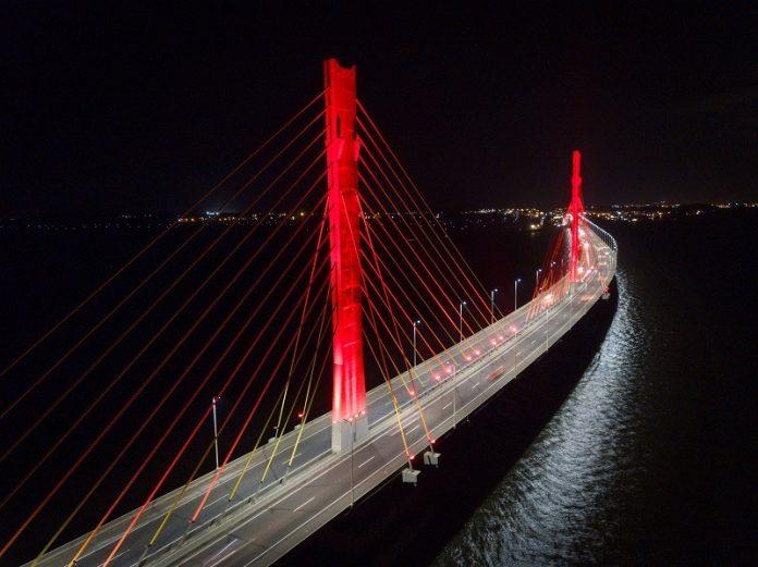#Pracegover Na foto, Ponte com as luzes em vermelho
