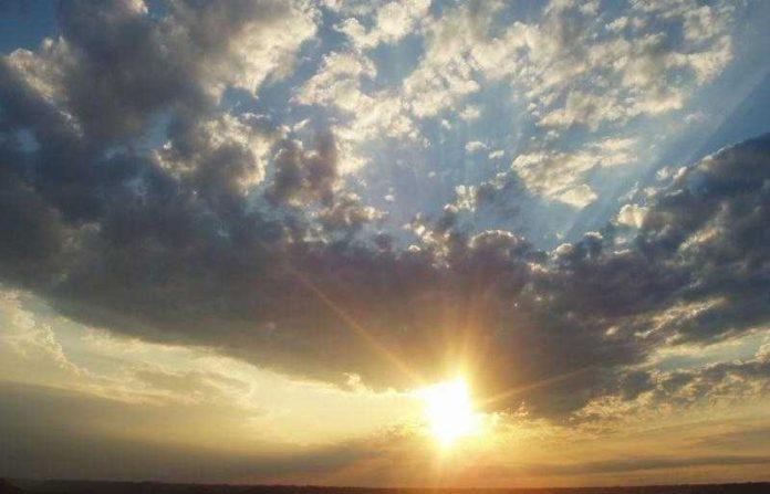 #Pracegover Na foto, sol entre nuvens