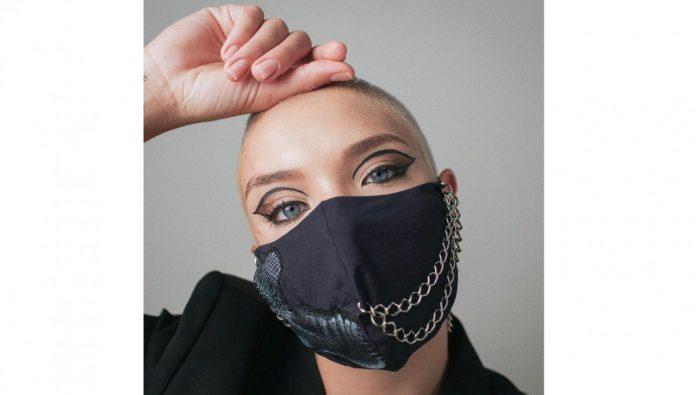 #Pracegover Na foto, Noelle aparece usando máscara preta