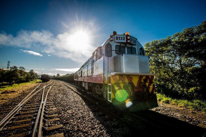 #Pracegover Na foto, trilho e trem