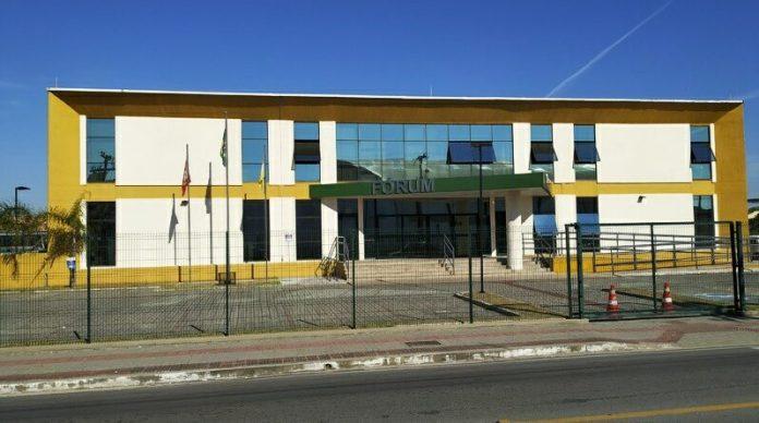 #Pracegover Foto: na imagem há uma edificação, o Fórum de Laguna