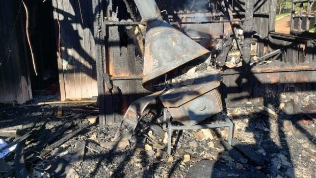#Pracegover Na foto, residência destruída por incêndio