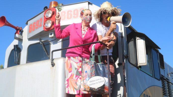 #Pracegover Na foto, Maricotinha e Mané Darci em um vagão