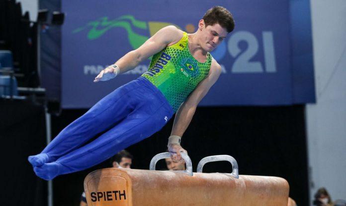 #Pracegover Foto: na imagem há um jovem atleta e aparelhos de ginástica