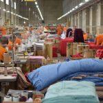 #Pracegover Na foto, internos trabalhando em fábrica de penitenciária de Chapecó