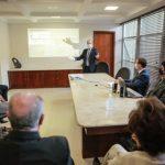 #Pracegover Na foto, pessoas em uma sala de reunião