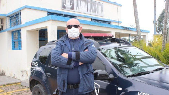 #Pracegover Na foto, Sidnei aparece usando máscara, óculos escuros