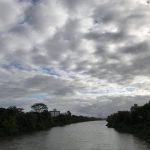 #Pracegover Na foto, céu nublado, rio com águas calmas e vegetação nas margens