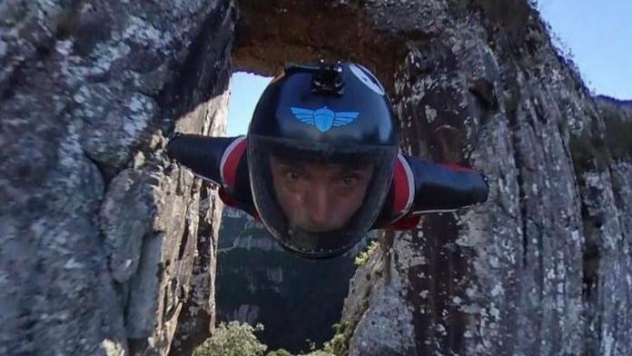 #Pracegover Na foto, homem com capacete e equipamento de voo