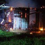#Pracegover Na foto, casa destruída pelo incêndio