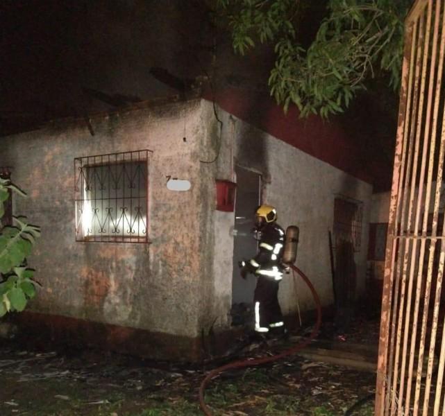 #Pracegover Foto: na imagem há um bombeiro e uma casa