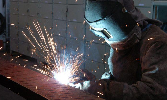 #Pracegover Foto: na imagem há uma pessoa realizando um trabalho de solda