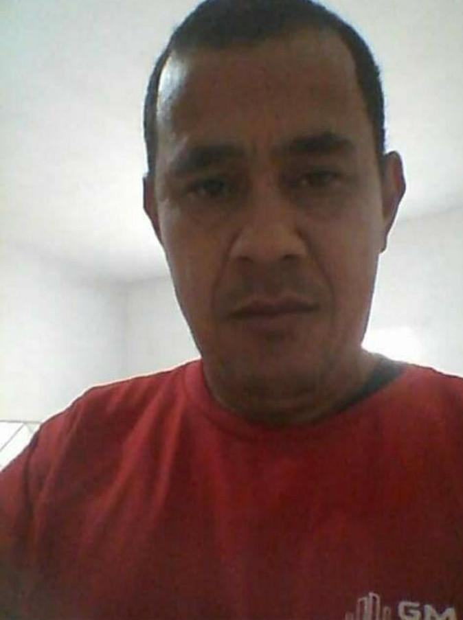 #Pracegover Foto: na imagem há um homem de camiseta vermelha