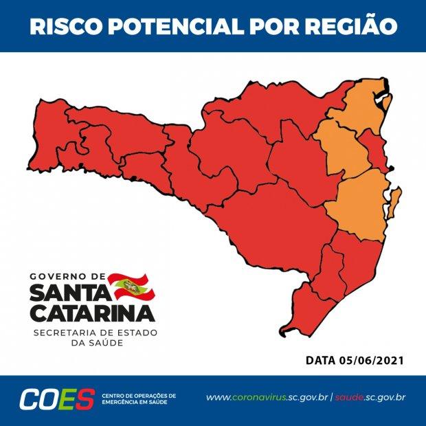#Pracegover Foto: na imagem há o mapa de SC nas cores laranja e vermelho