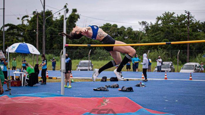 #Pracegover Na foto, Monique durante salto sobre a vara