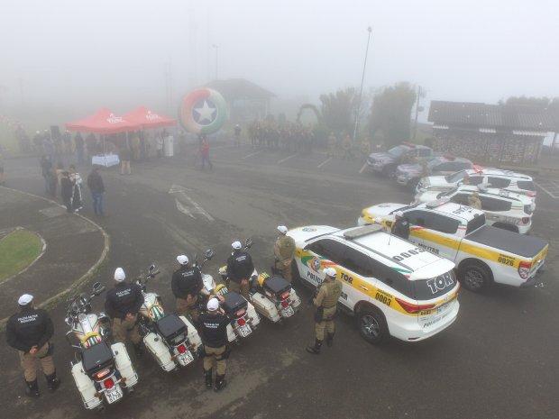 #Pracegover Foto: na imagem há veículos e pessoas