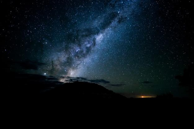 #Pracegover Na foto, céu noturno com nuvens e estrelas