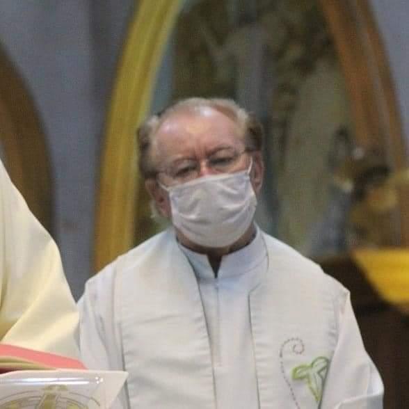 #Pracegover Foto: na imagem há um homem de roupa branca e de máscara