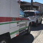 #Pracegover Na foto, carros em frente à residência onde aconteceu o crime