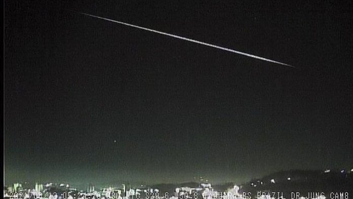 #Pracegover Na foto, meteoro risca o céu noturno