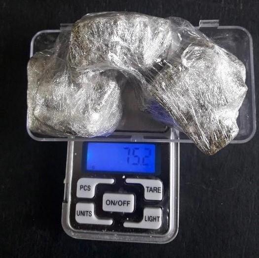 #Pracegover Na foto, balança e drogas enroladas em uma sacola