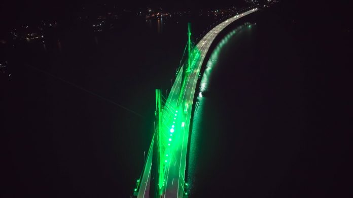 #Pracegover Foto: na imagem há uma ponte iluminada