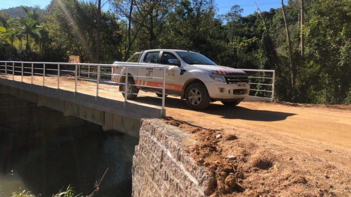 #Pracegover Na foto, veículo passando sobre uma ponte