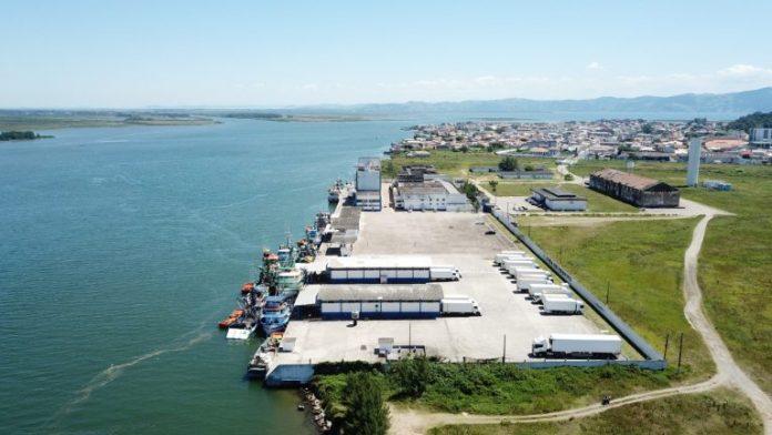 #Pracegover Na foto, imagem aérea do porto de Laguna