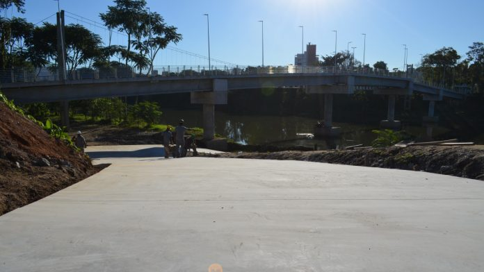 #Pracegover Na foto, homens trabalhando sobre uma rampa de concreto