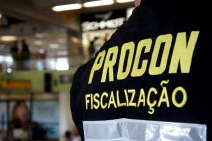 #Pracegover Na foto, funcionário do Procon usando um colete