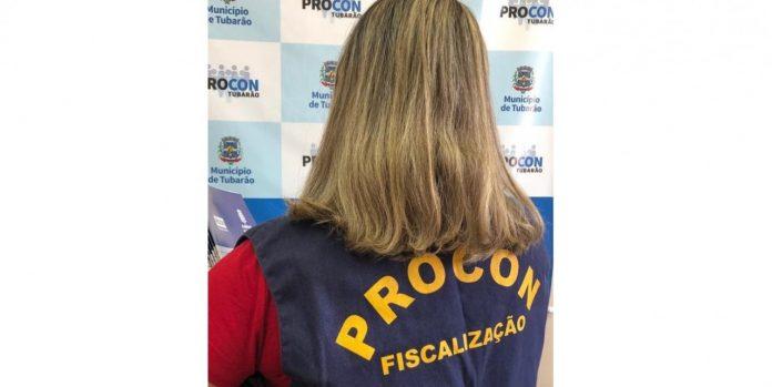 #Pracegover Na foto, funcionária do Procon