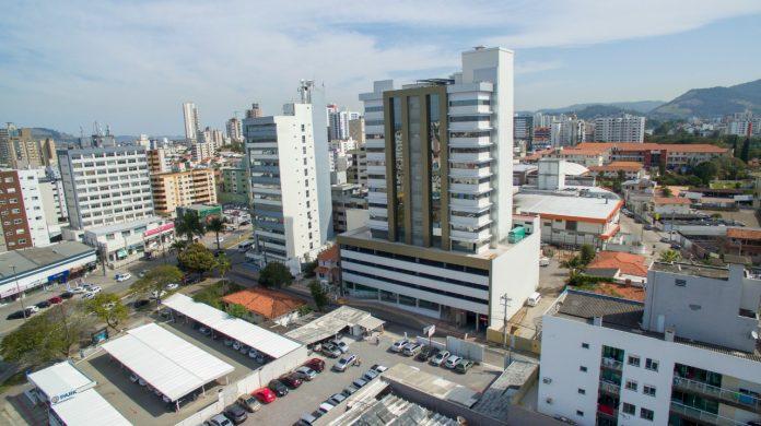 #Pracegover Foto: na imagem há prédios, casas e veículos