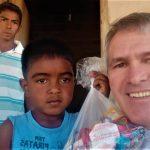 #Pracegover Na foto, Pastor Ênio ao lado de família nordestina