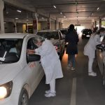 #Pracegover Na foto, carros em um estacionamento durante ação de vacinação