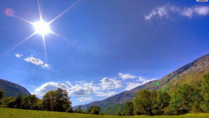 #Pracegover Na foto, céu claro, sol e paisagem verde