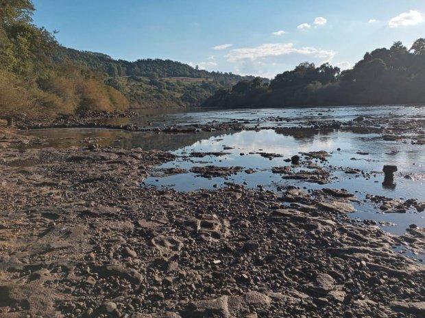 #Pracegover Foto: na imagem há terra, água e uma área verde