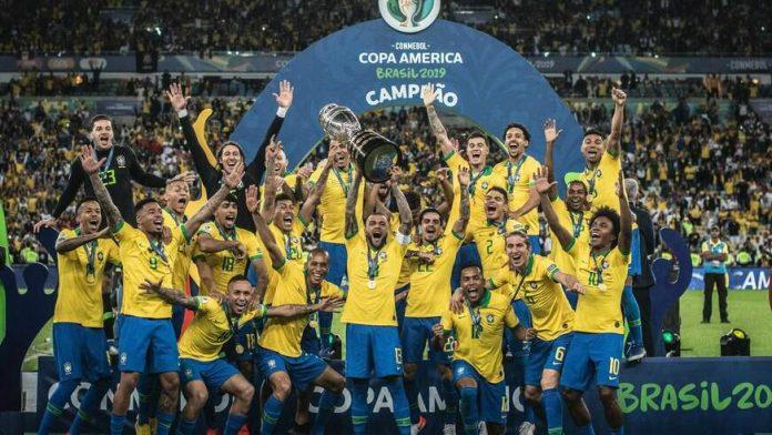 #Pracegover Na foto, jogadores da seleção brasileira comemorando título em campo