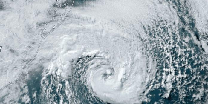 #Pracegover Na foto, Tempestade Raoni sobre a costa do Litoral Sul