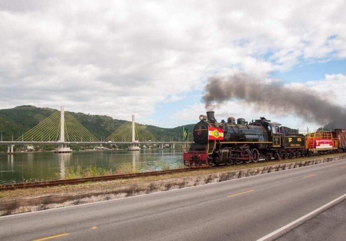 #Pracgover Foto: na imagem há um trem, a ponte Anita Garibaldi e uma via