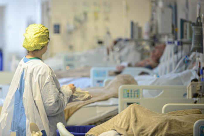 #Pracegover Na foto, pacientes em leitos de UTI