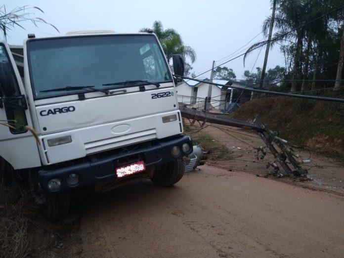 #Pracegover Foto: na imagem há um veículo, poste, fios e uma via